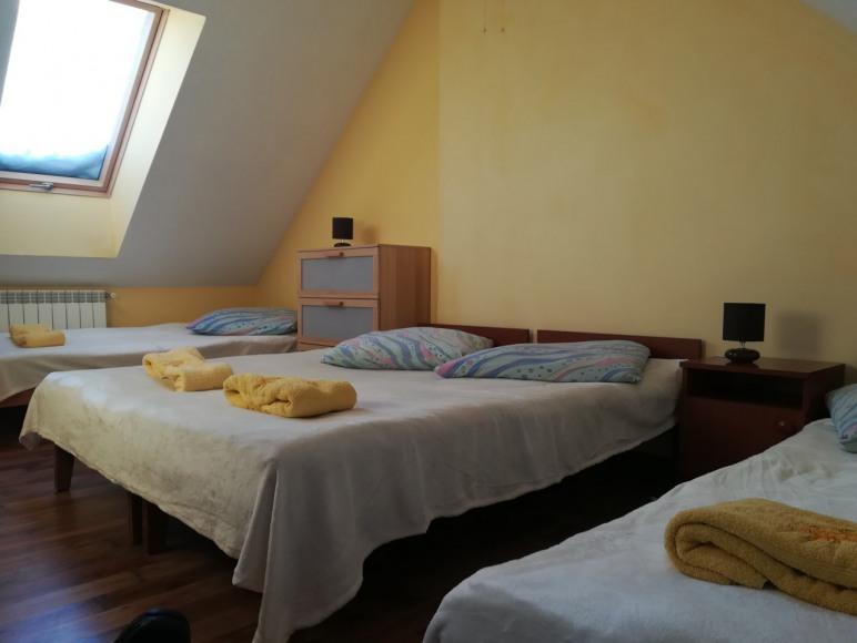 sypialnia 4 osobowa na pietrze w apartamencie w blizniaku
