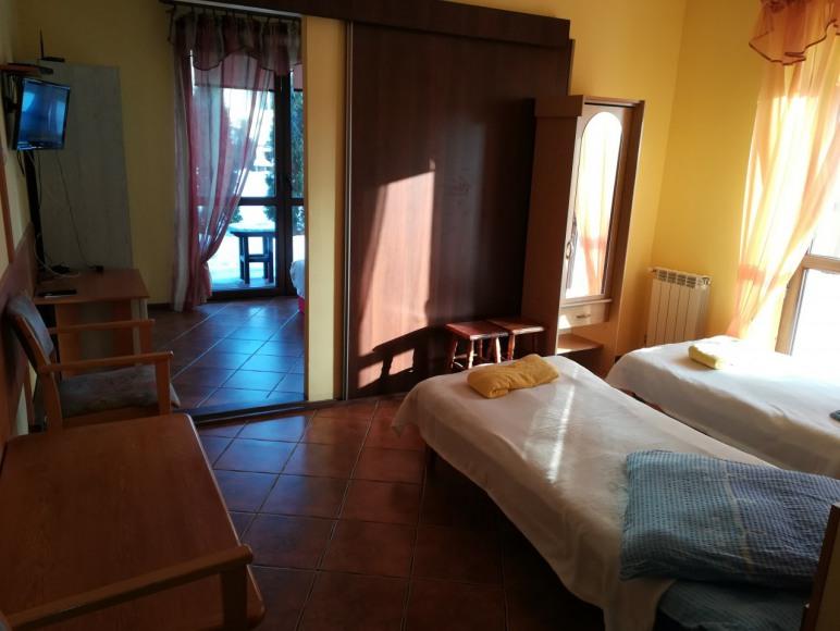 pokoj nr 4, 4 sob. rodzinny dzielony na 2 mniejsze z lazienka z tarasem