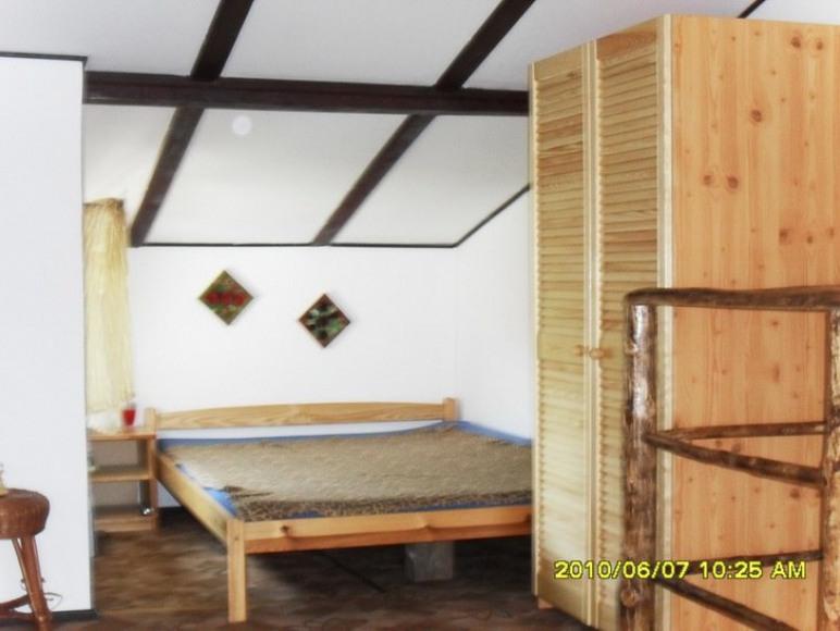Ogólna sypialnia na piętrze. 2 podwójne łóżka i rozkładany fotel.
