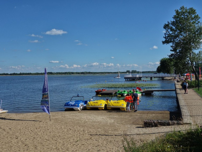 Rowery wodne przy plaży i Willi Żaba