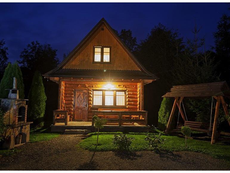 każdy domek ma swój grill i huśtawkę drewnianą