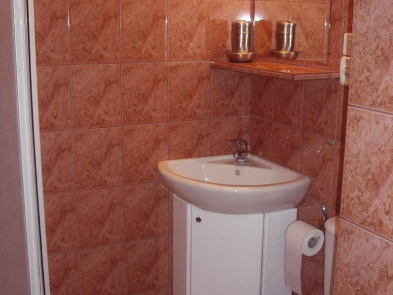 łazienka w pokoju bordowym