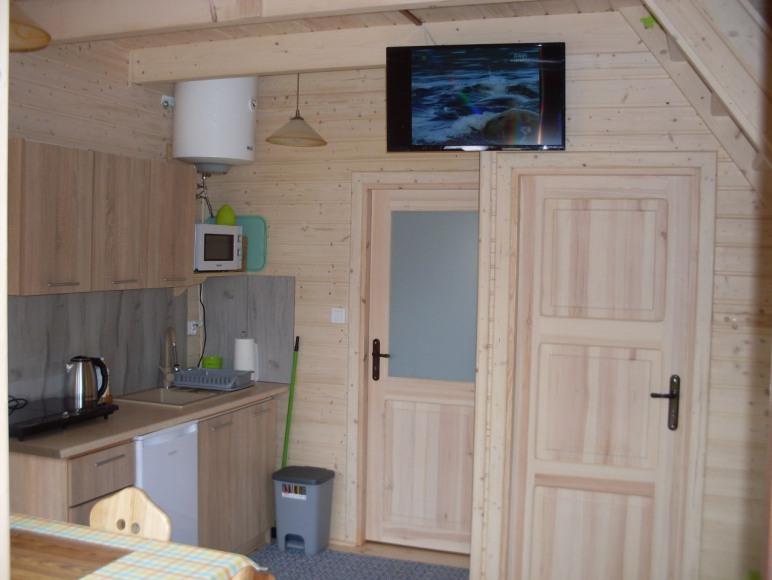aneks kuchenny w domku drewnianym.