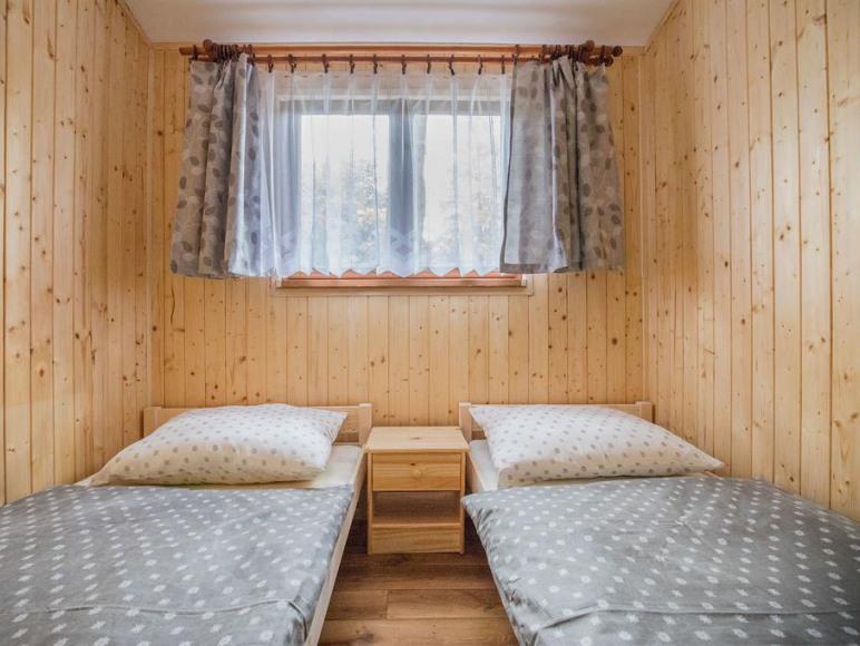 Dwie sypialnie w oby znajdują się dwa łóżka jednoosobowe