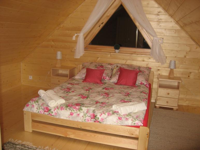 sypialnia w domku z bala