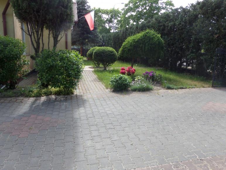 dom z ogrodem od frontu