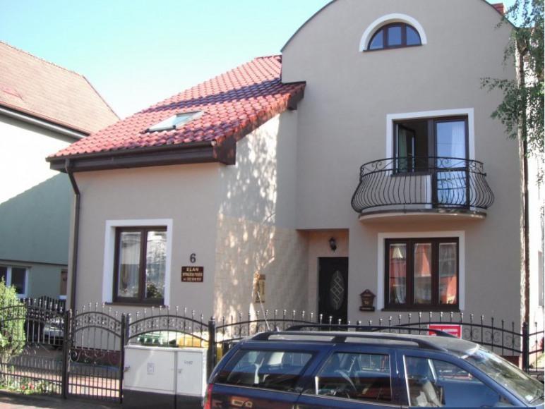 Zdjęcie domu od frontu.