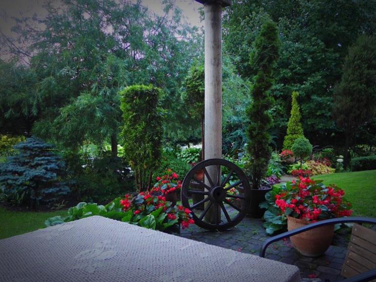 Miejsce w ogrodzie do odpoczynku i grillowania