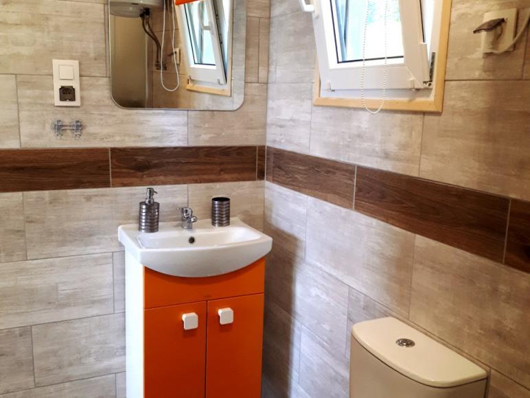 Łazienka w domku pod śliwkami