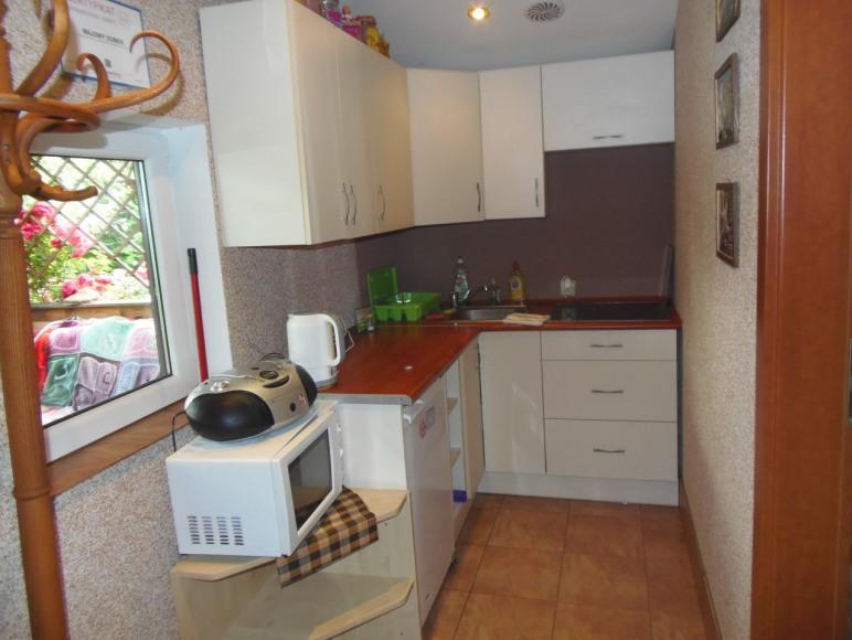 kuchnia ( lodówka m kuchenkamikrofalowa ,płyta elektryczna 4 palnikowa