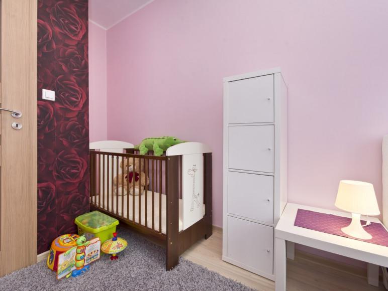 Sypialnia z łóżeczkiem niemowlęcym