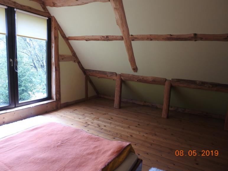 Miejsce do spania na piętrze w części B. ze