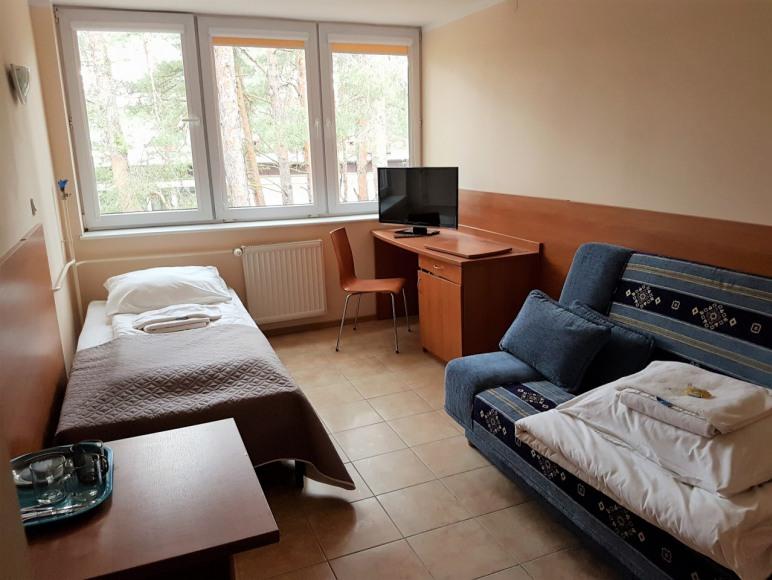 pokój ekonomiczny z wersalką i łóżkiem pojedynczym