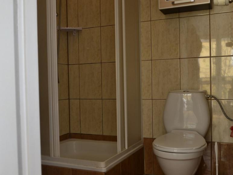 apartament dla 3 osób z balkonem, łazienką, lodówką, czajnikiem, tv, wi-fi