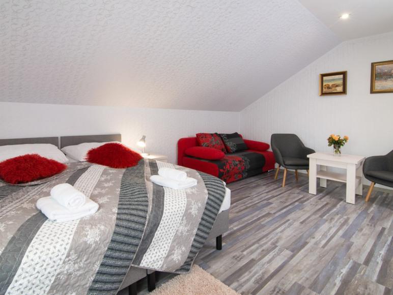 Pokój nr.5 , 2 łóżka jednoosobowe i duża kanapa rozkładana