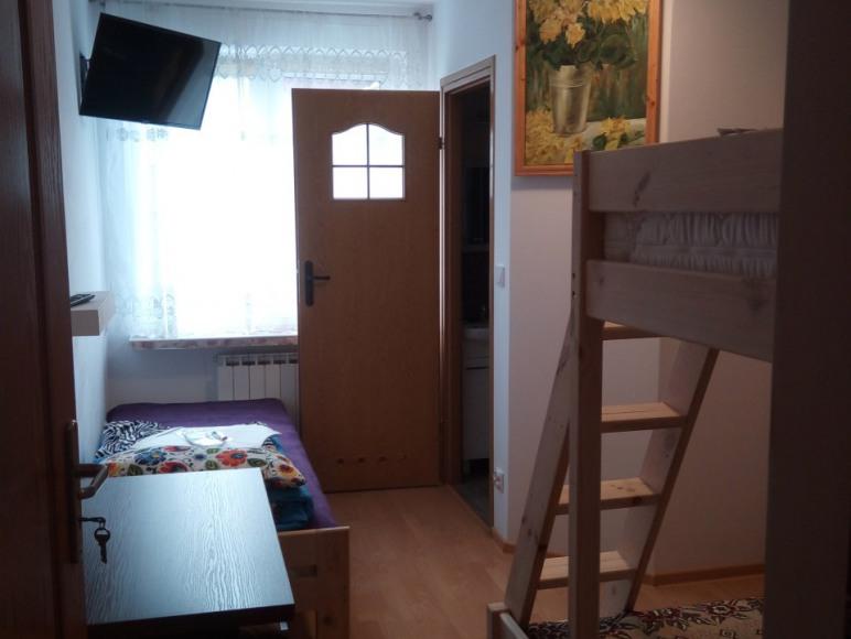 Pokój 4 osobowy z łazienką (parter)