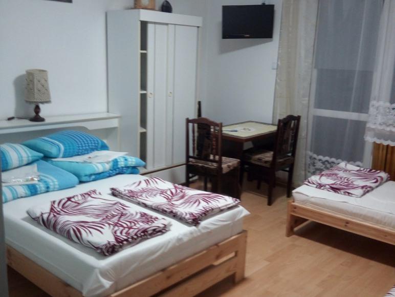 Pokój 4 osobowy z łazienką w przedpokoju (piętro)