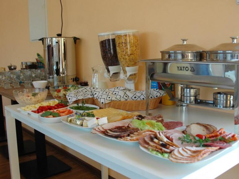 Śniadanie w formie szwedzkiego stołu