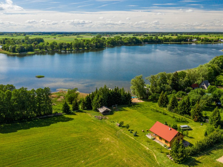 Domki nad jeziorem na Mazurach