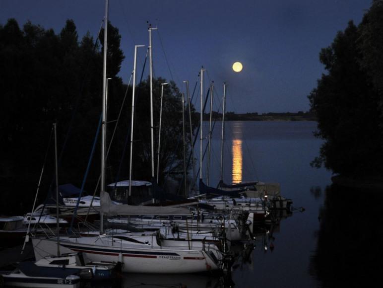 Port Rafa nocą