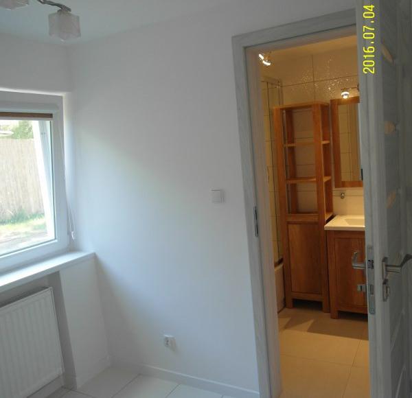 Wejście z mniejszego pokoju do łazienki - mieszkanie turkusowe
