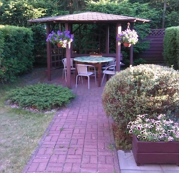 Altana dla gości przed domem - mieszkanie brązowe