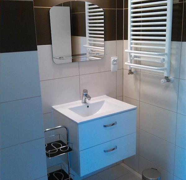 Łazienka z prysznicem - mieszkanie brązowe