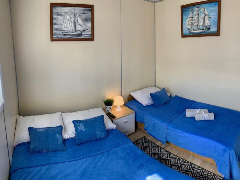 Sypialnia z rozłożoną sofą