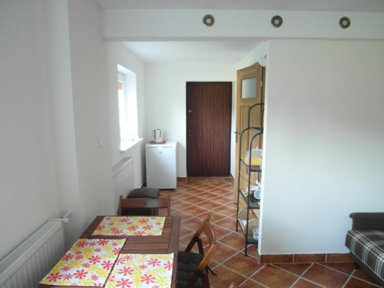 Widok na korytarzyk z większego pokoju - mieszkanie brązowe