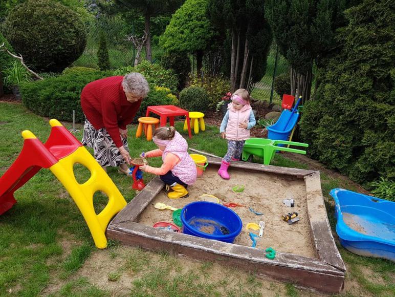 Placyk zabaw dla dzieci - w ogrodzie