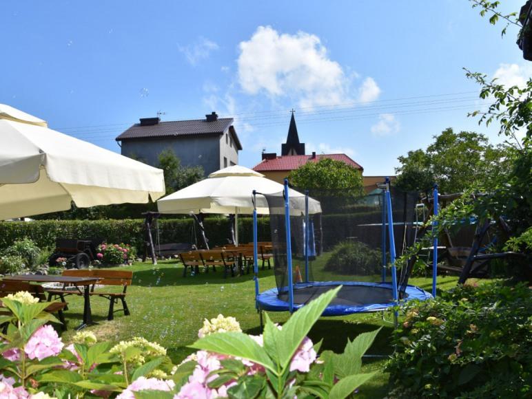 Ogród z basenem letnim