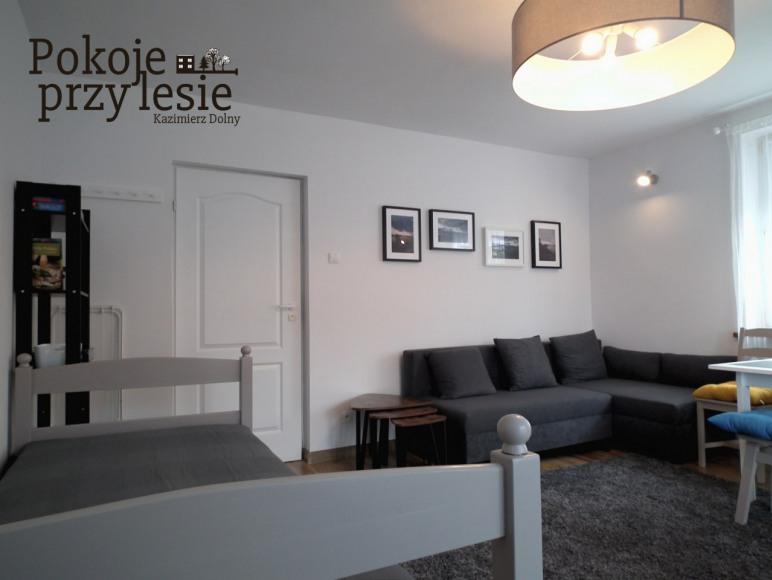 Pokój 3/4-osobowy z sofą, dwoma łóżkami pojedynczymi i TV