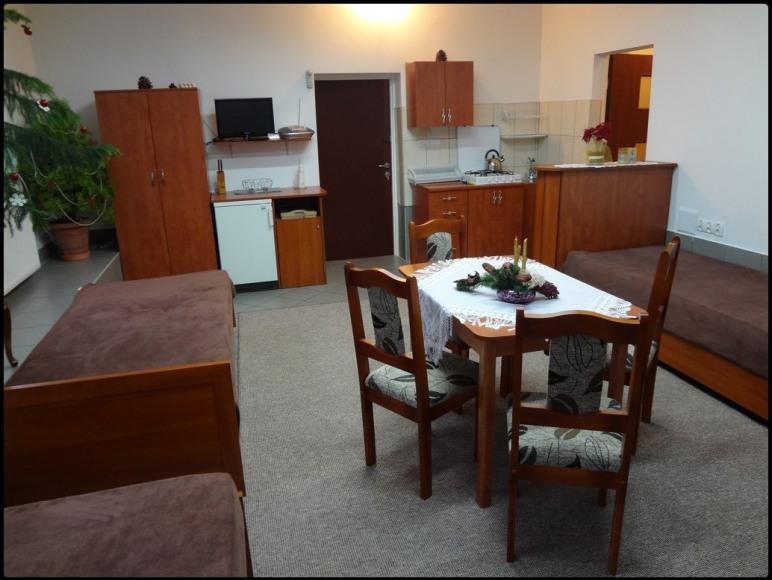 4-osobowy pokój z aneksem kuchennym i łazienką