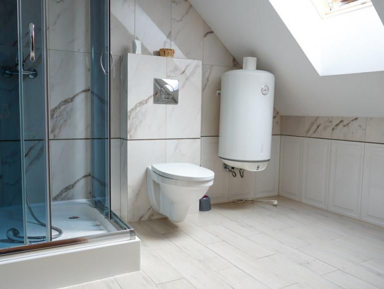 łazienka piętro domku małego
