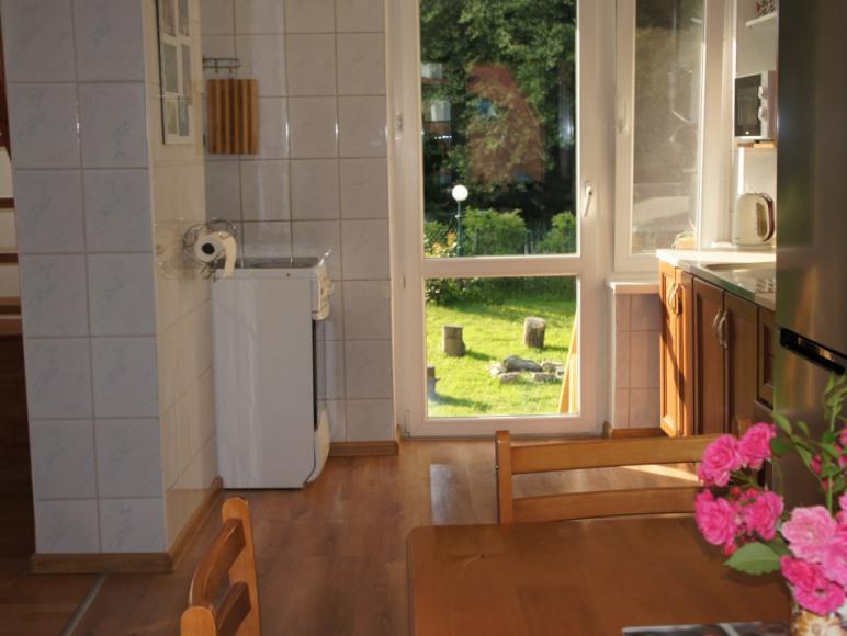 aneks kuchenny z wyjściem do ogrodu.