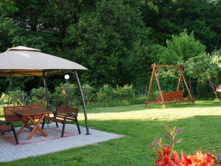 Ogród z widokiem na las .