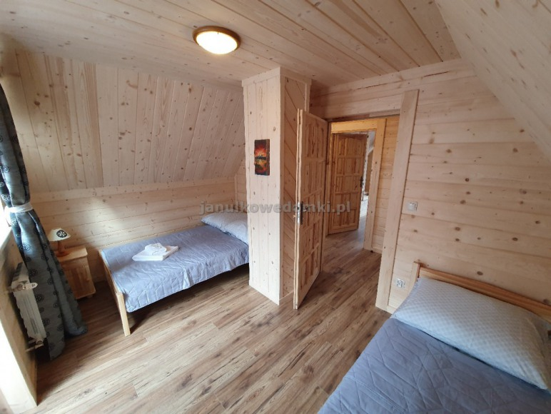 sypialnia z dwoma łóżkami
