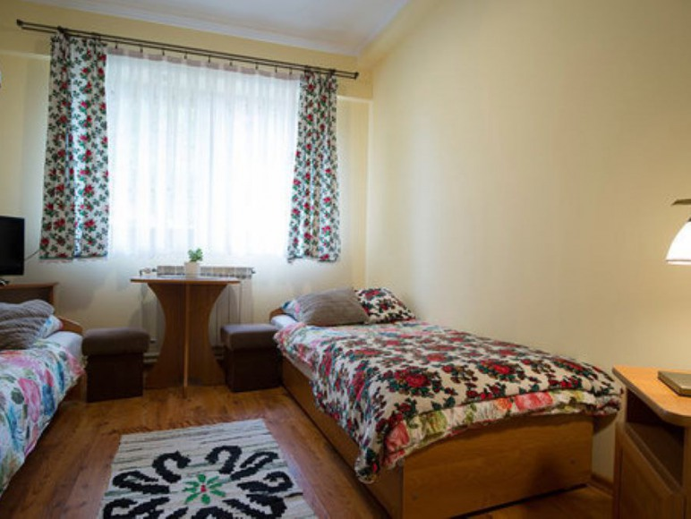 pokoj standard z dwoma lozkami pojedynczymi, lazienka w korytarzu