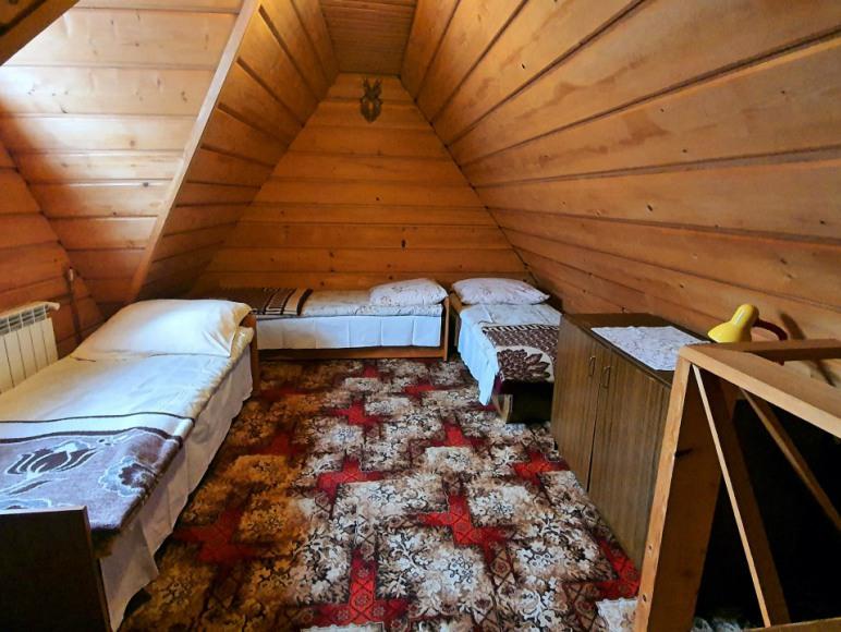 Sypialnia z wygodnymi łóżkami w domku