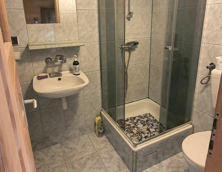 Przestronna i funkcjonalna łazienka w domku