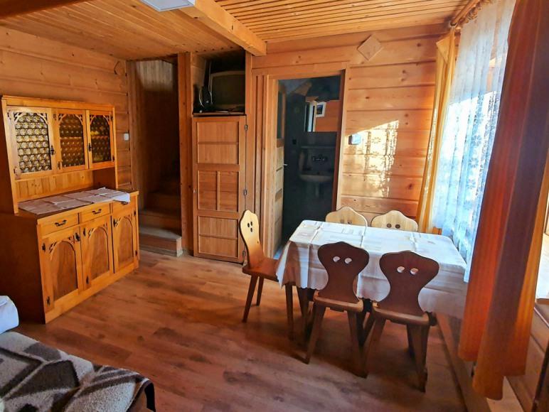Salon w tradycyjnym, drewnianym stylu