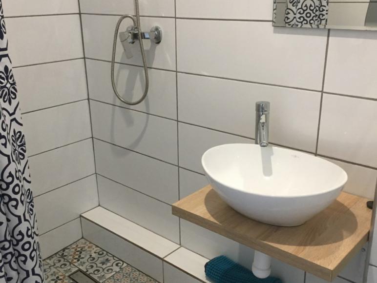 Łazienka, pokój 3 os. 50 m od plaży
