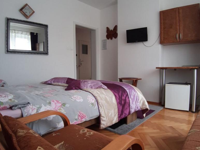 Pokój z balkonem i prywatną łazienką poza pokojem.