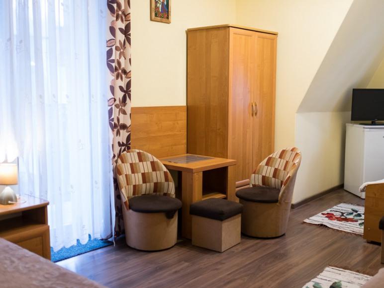 pokoj 4os z lodowka, balkon, lazienka w koryytarzu