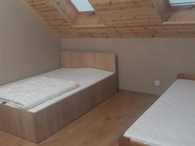Dom - sypialnia z łóżkiem małżeńskim