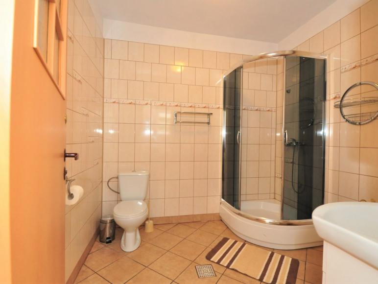 łazienka pokoju 4 os. w starszym budynku