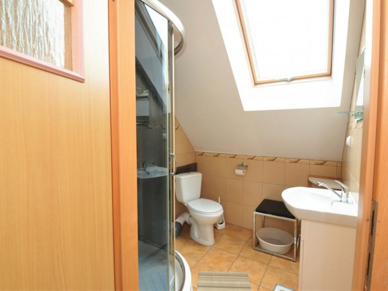 łazienka pokoju 2 os. w starszym budynku