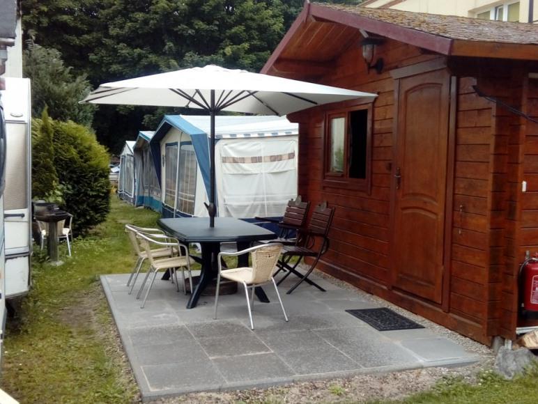 Drewniany domek letniskowy z własna łazienka oraz tv