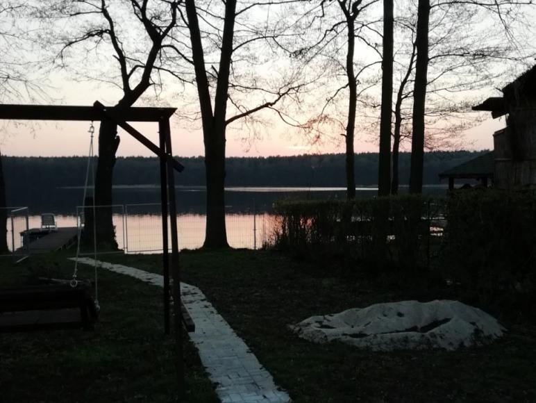 ścieżka od domu do jeziora