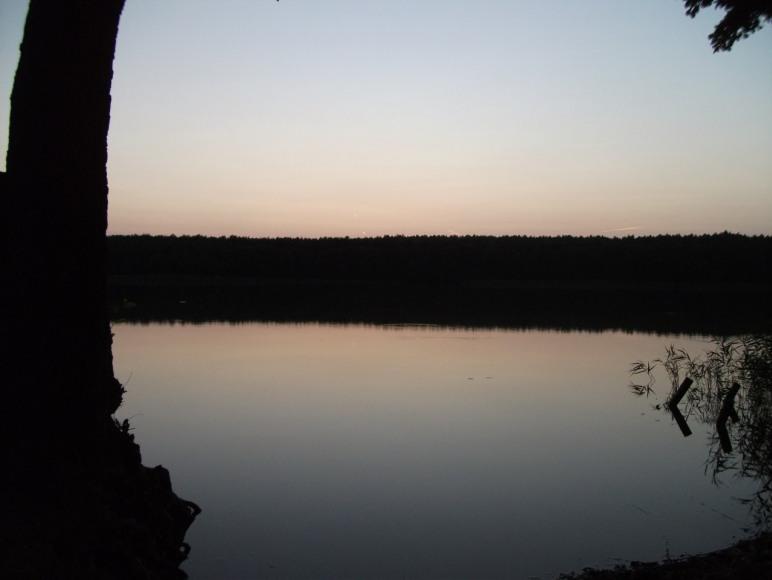 widok na jezioro po zachodzie słońca